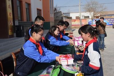 2016年6月,在段家川小学开展了扶贫献爱心活动,为孩子们捐赠运动服500套,图书500余本。