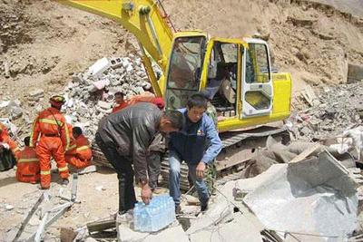 2010年4月,玉树地震发生后,公司立即调派两台挖掘机及人员随甘肃省交通厅前往现场救灾。