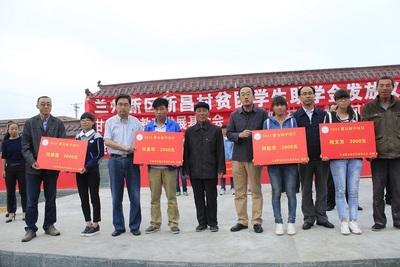 2015年8月,为21名秦川镇新昌村贫困学生捐资助学3.7万元。